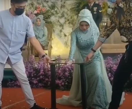 Video Viral : Pengantin Wanita Patahkan Besi di hadapan para tamu